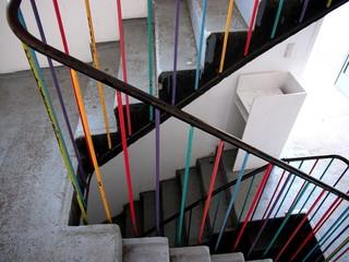 Modernes Treppenhaus mit buntem Treppengeländer