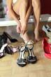 Sexy Frau im Schuhgeschäft