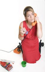 gestresste Mutter am Telefon