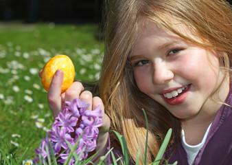 Mädchen findet gelbes Osterei