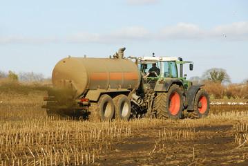 Traktor fährt Gülle auf das Feld 2883