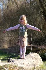 Kleines Mädchen hält die Balance