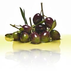 Olivas reflejadas en aceite de oliva.