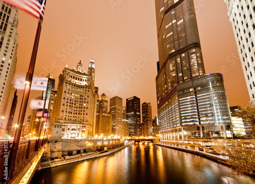 In de dag Grote meren The high-rise buildings along Chicago River