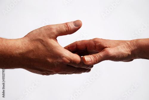 Zwei Hände kurz vor dem Händedruck