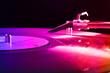 Schallplattenspieler im Disco Licht