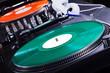 Schallplattenspieler im Disco Licht, grüne und rote Platte