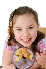 Mädchen beim Essen vergrößert