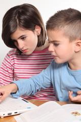 due bambini utilizzano computer