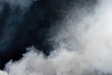 Biały dym na czarnym tle. izolowane.