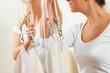 Zwei Therapeutinnen in der Praxis mit Schlingen