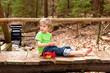 Kleiner Junge spielt auf einer Brücke