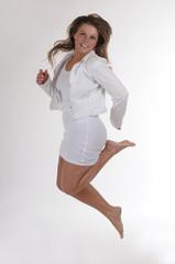 junge Frau sportlich hüpfen weiss