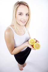 Frau hält Zitrone, sauer macht lustig, hoch