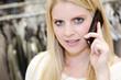 Hübsche blonde Frau telefoniert beim shoppen