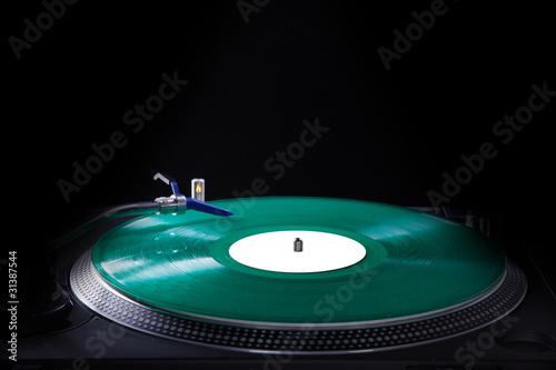 Analoge Musik vom Plattenspieler, grün im Spot