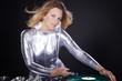 Hübsche DJ Frau mixt mit schwarzem Hintergrund
