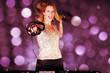 Hübsche DJ Frau mixt mit glitzer Hintergrund