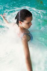 Frau im Wellnessbad bei der Wassermassage
