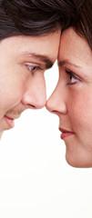 Paar schaut sich tief in die Augen