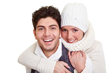 Lachendes Paar im Winter