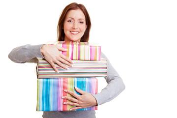 Frau umarmt Geschenke