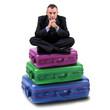 uomo d'affari seduto sopra delle valigie