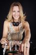 Hübsche DJ Frau mixt mit glitzer Hemd