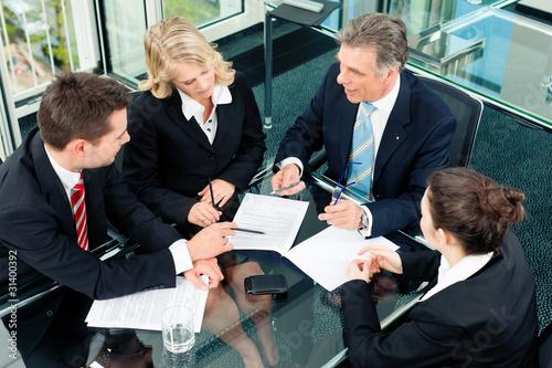 Business - Besprechung in einem Büro - 31400392