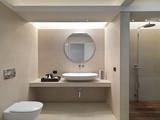 Fototapety Bagno moderno con rivestimento in marmo e lavabo in ceramica bia