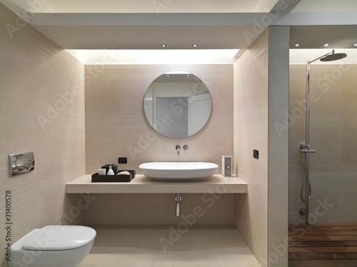 """""""Bagno moderno con rivestimento in marmo e lavabo in ceramica bia"""" Stock photo and royalty-free ..."""