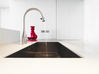 rubinetto e lavello di acciaio ini cucina moderna