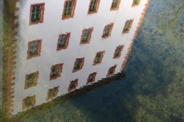 Schloss Kochberg als Spiegelung im Schlossteich