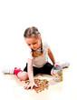 Kind sammelt Münzen