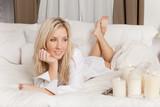 Fototapety Ambiente Schlafzimmer Blonde Frau relaxen