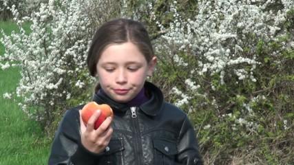 croquer une pomme