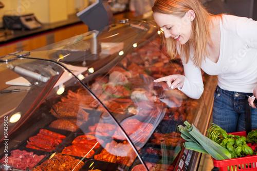 kundin kauft fleisch an der bedientheke