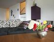 dettaglio di salotto con divano e fiori