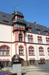 Rathaus mit Werner Senger-Denkmal