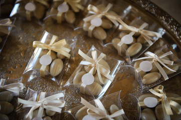 Bomboniere con confetti bianchi