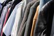 Gebrauchte Bekleidung zum Verkauf auf dem Flohmarkt