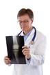 Älterer, kompetenter Arzt betrachtet ernst ein Röntgenbild eines