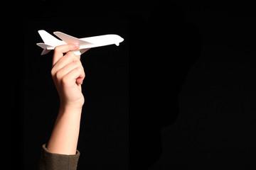 mano di bambino tiente aereo di carta