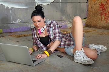 ragazza in chat con pc portatile