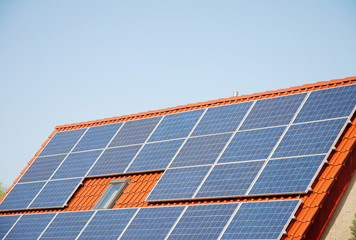 Solar Panele auf Spitzdach