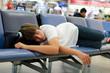 dormir sur les banquettes de l'aéroport