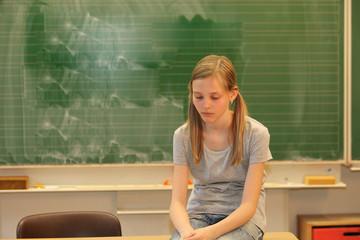 Trauriges Mädchen in der Schule