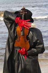 Violinista di spalle con guanti rossi