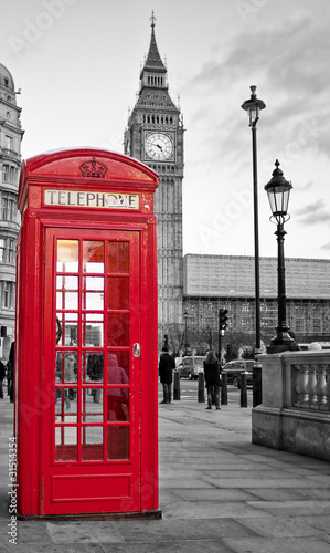 Red phone booth in London with the Big Ben in black and white - 31514354