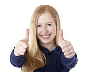 Junge, hübsche, blonde Frau zeigt beide Daumen nach oben